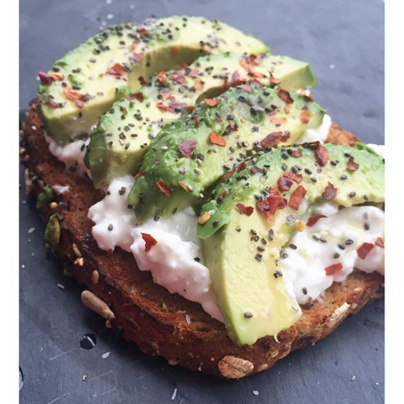 Elegant cottage cheese and avocado toast with combine - Combine cuisine pour studio ...